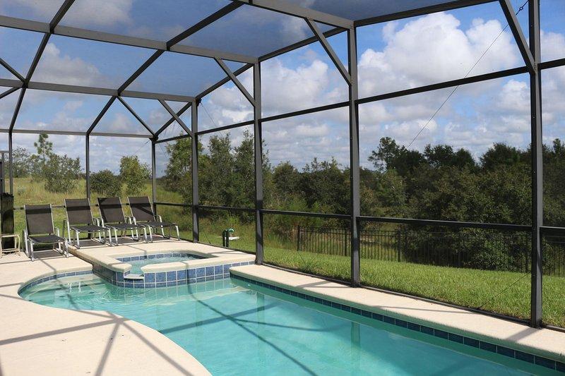 piscina privada y spa en una zona tranquila