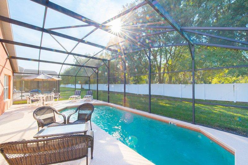 Spacieuse terrasse de la piscine avec beaucoup d'options de sièges