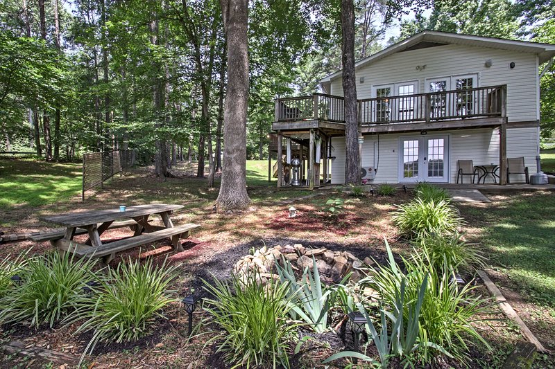 Welcome to this 3-bedroom, 2-bathroom Semora vacation rental house!