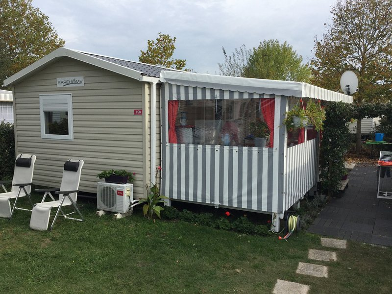Mobil home residentiel,climatisé 40m2 plus terrasse couverte 19m2, vacation rental in Gastes
