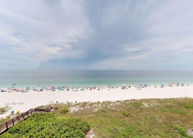 Beachfront 1 Bed w/ On Site Tiki Bar/Restaurant!, vacation rental in Marco Island