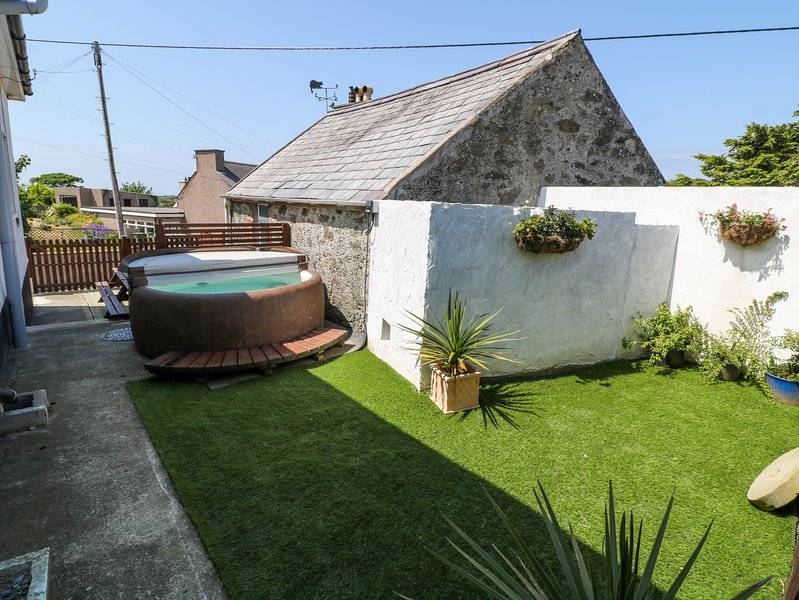 ABERSANT HOUSE, Hot tub, Holyhead, vacation rental in Rhydwyn