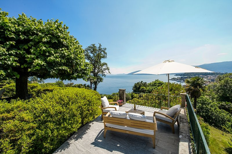 Il Motto villa with big garden and amazing lake view, holiday rental in Verbania