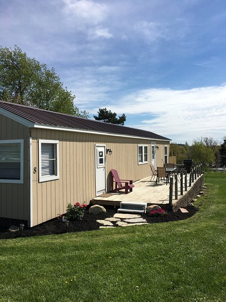 Budget Friendly & Super Clean! Fire Pit, Netflix, WiFi, vacation rental in Gananoque