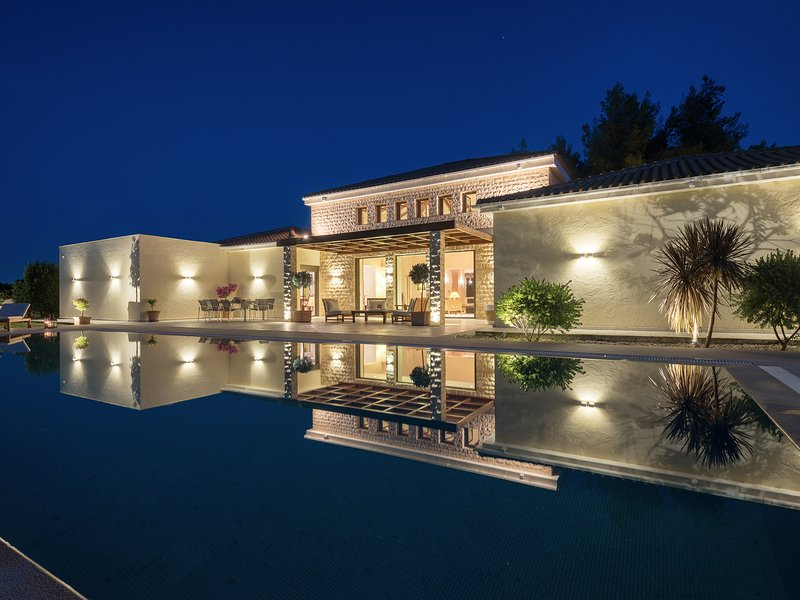 Villa la Curva - 370 sqm near the beach. 1800 sqm garden with a 90 sqm pool., holiday rental in Laganas