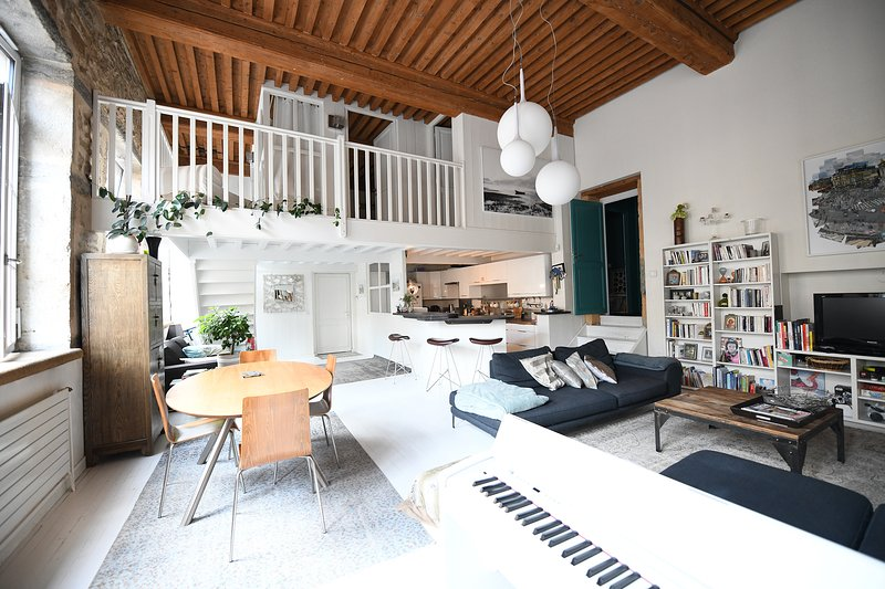 Bright and design flat in heart of croix rousse, vacation rental in Couzon-au-Mont-d'Or