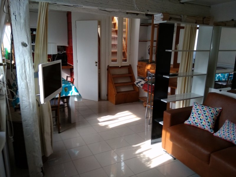 Quiet studio, viewing on to Paris roofs, vacation rental in Paris