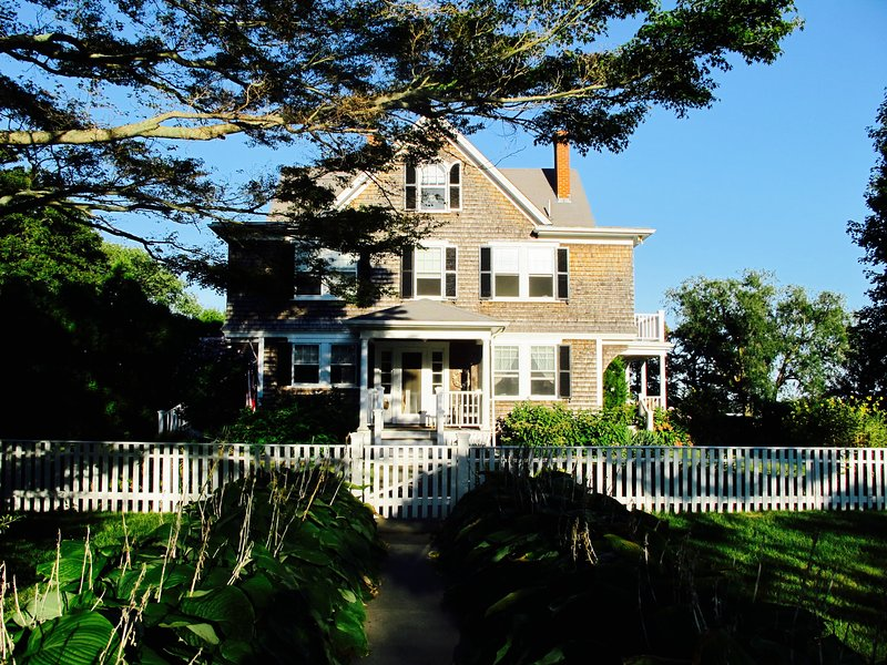 Mill Hill - Walking Distance From Town And Ferry With Ocean View, alquiler vacacional en Vineyard Haven