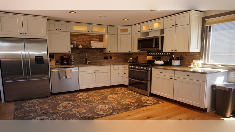 Fully equipped kitchen - Fridge, dishwasher, double oven, stove & microwave