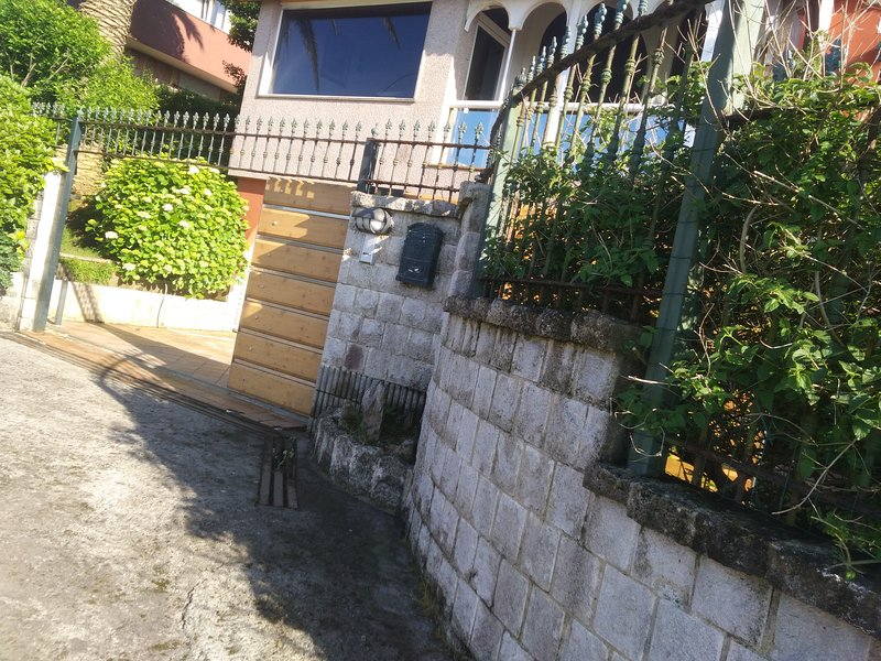 LOFT LES CASERIES con JARDIN PRIVADO en FINCA cerrada DE 1000 M2. PLAYA A 300M, holiday rental in Somio