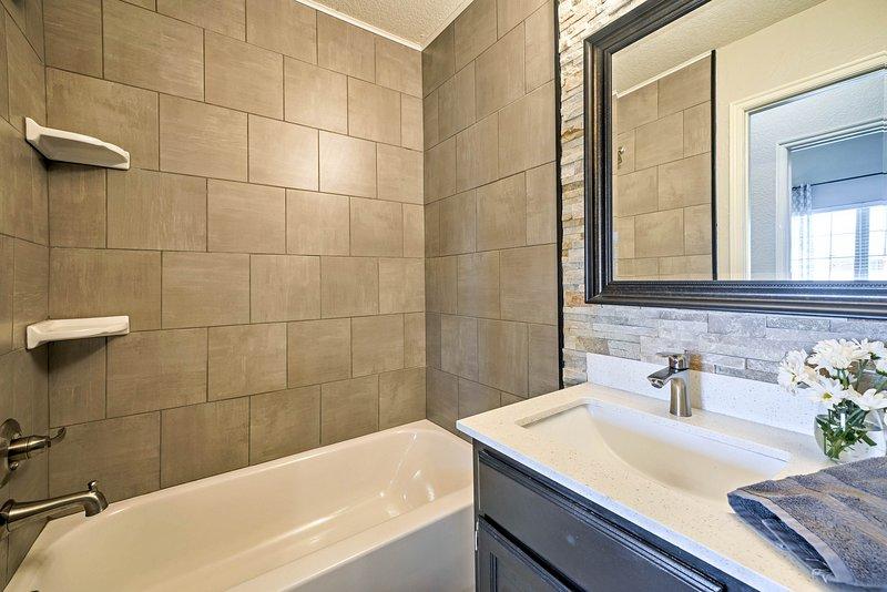 Les deux salles de bain complètes sont approvisionnés avec des serviettes.