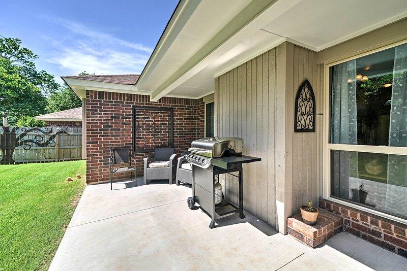 Feu le gril à gaz pour un repas barbecue à la maison!