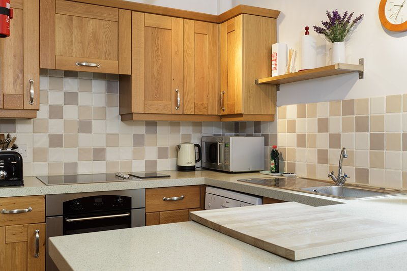 Electric oven and hob with plenty of cupboard space