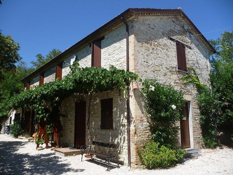 Ferienwohnung, herrliches restauriertes Bauernhaus (Rustico) mit Panoramablick,, location de vacances à Fratte Rosa