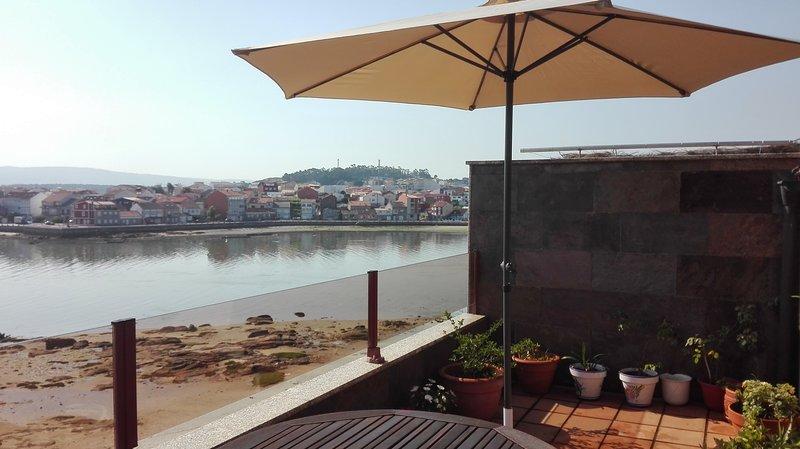 Apartamento (Atico) a pie de playa., holiday rental in O Grove