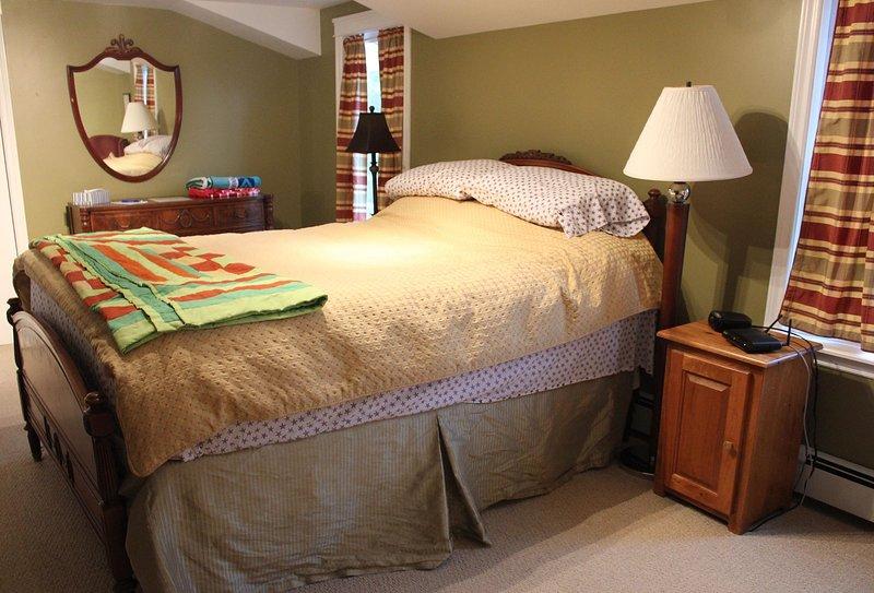 El dormitorio principal también cuenta con una cómoda cama de matrimonio y un pequeño patio para disfrutar de esa gorra de noche.