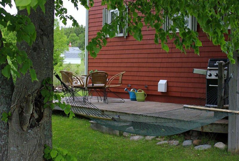 El patio trasero donde está la barbacoa de propano. También hay un pozo de fuego y se proporciona madera.