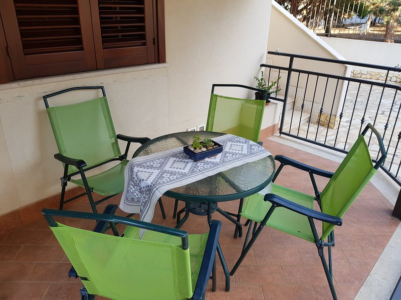 varanda externa com mesa e cadeiras