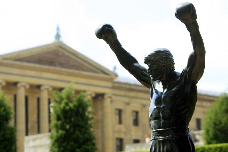 Visitando la statua di Rocky, e di scattare una foto accanto ad essa, le braccia-alzato nella vittoria è un must!