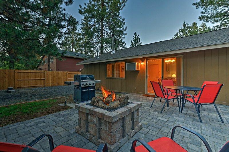 faire griller des guimauves par le feu avec votre groupe de 8 dans cette charmante maison Bend.