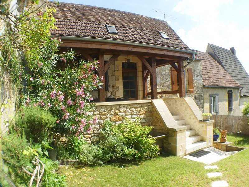 LES ARCADES: CHARMING VILLAGE HOUSE WITH GARDEN AND VIEW CLOSE BY SARLAT, casa vacanza a Saint-Cyprien