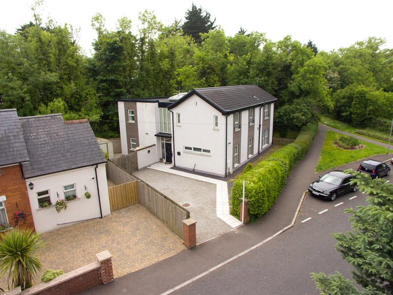 Spacious and luxurious 5 bedroom detached property Convenient to Belfast City, location de vacances à Newtownards
