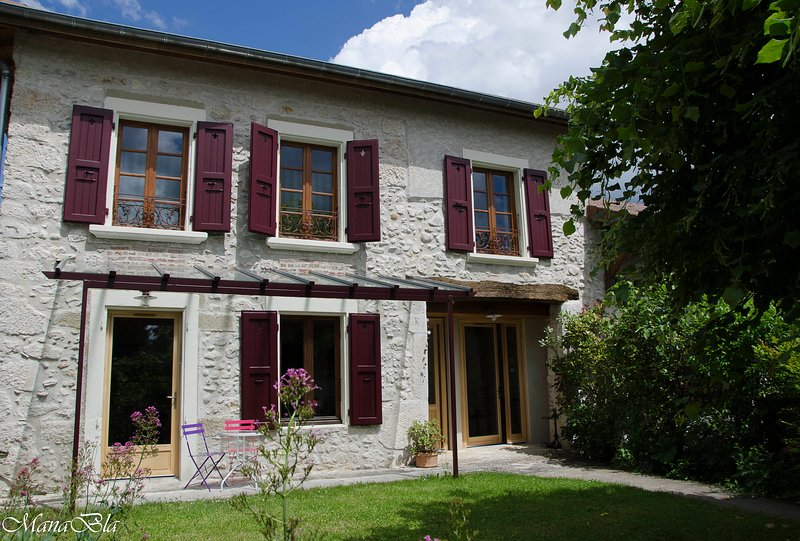 Facade, the cottage is on the ground floor with garden At the top there are 2 bed and breakfast