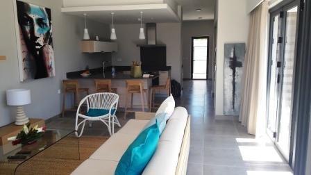 Salón y cocina - En el acceso fondo de escritorio y acceso al patio trasero.
