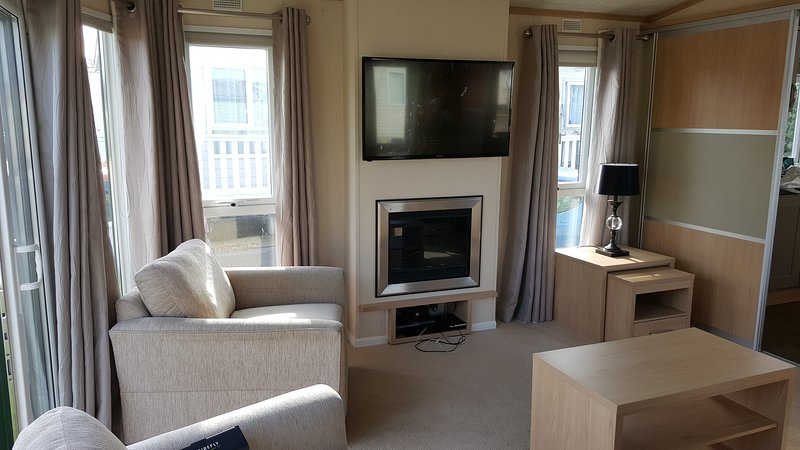 A Real Platinum Home From Home  - 14ft Wide Caravan, holiday rental in Axton