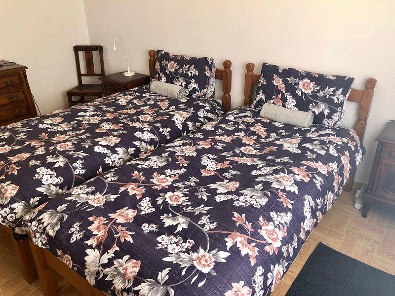 Coasthouse Raposeira Budget Room 2 (Shared bathroom), Ferienwohnung in Carrapateira