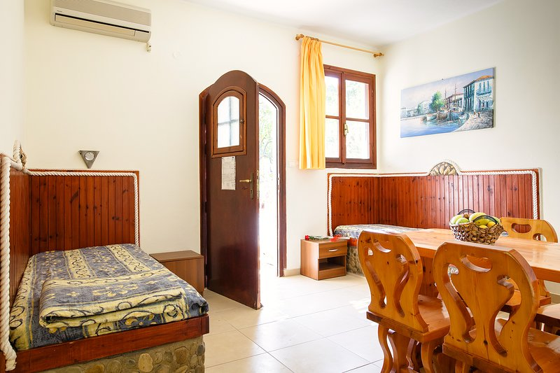 Ideal place for family near the beach with garden, holiday rental in Amoudara