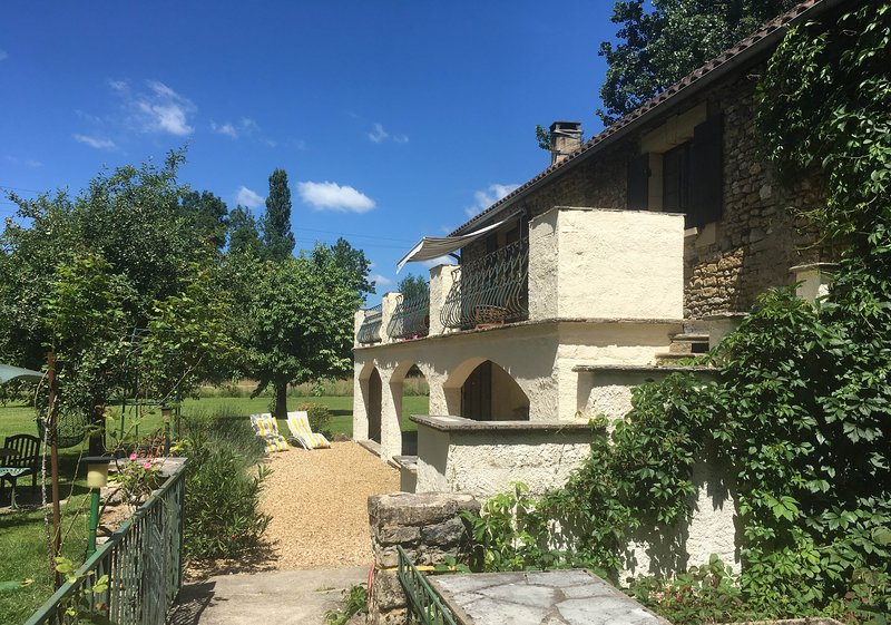 4**** Watermill with private pool on the edge of a lively Dordogne village, location de vacances à Cendrieux