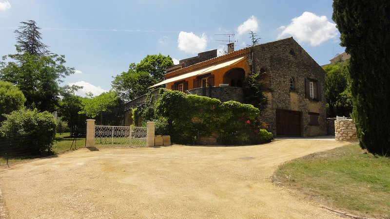 Charming villa for 7 people with swimming-pool in the Lubéron area of Provence, aluguéis de temporada em Saint-Saturnin-les-Apt