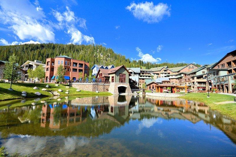 Hermoso complejo turístico y estanque con tiendas y restaurantes