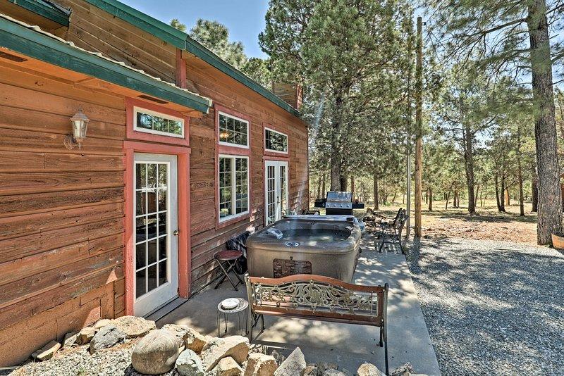Cozy 'Big Bear Lodge'-Large Cabin w/Hot Tub & View, alquiler vacacional en Nogal
