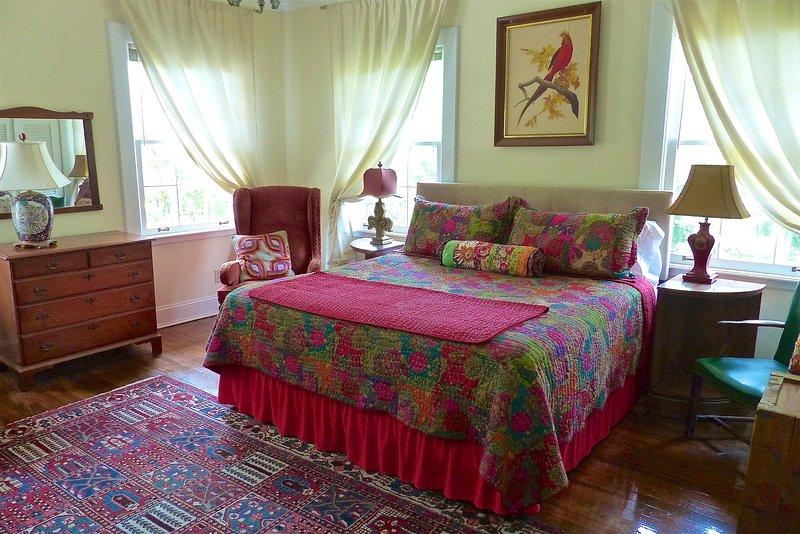 L'East Room ha un letto king-size con un divano e zona salotto, più una scrivania.