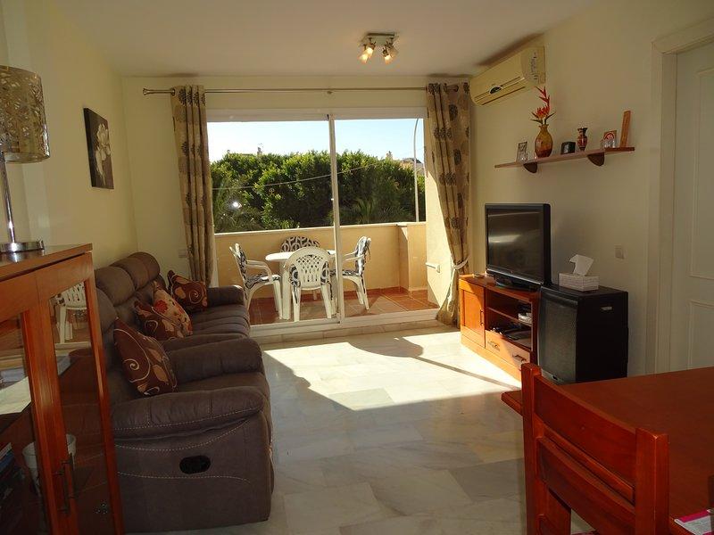 Sunny South facing apartment, 3 mins to the beach, Ferienwohnung in Roquetas de Mar