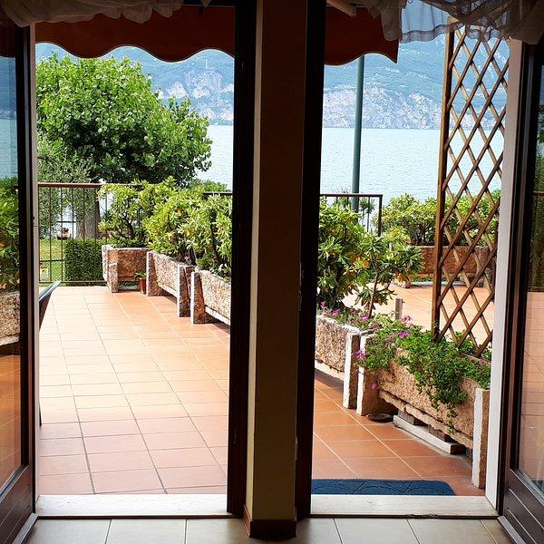 Appartamento Sayonara, terrazza e giardino sul lago di Garda – semesterbostad i Brenzone sul Garda