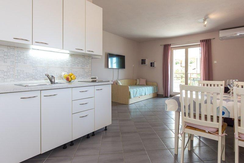 Espaçoso apartamento de um quarto, com kitchenette bem equipada, sala de estar e grande varanda