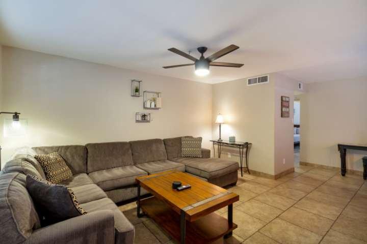Você vai encontrar a nossa sala de estar muito confortável e aconchegante assim desfrutar!