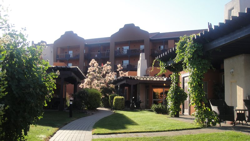 WATERFRONT RESORT CONDO, 2 FLOORS, PET FRIENDLY, NEW OWNERS, holiday rental in Osoyoos