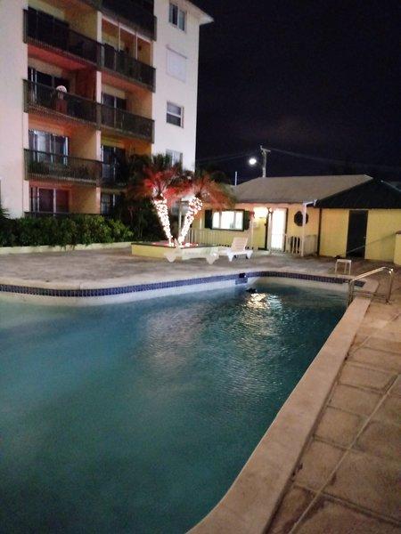 zona de la piscina situada en el complejo