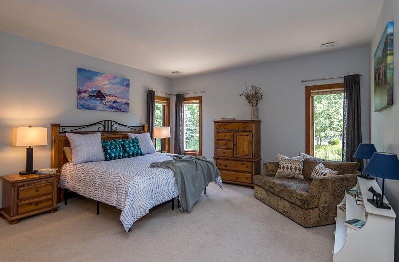 Second bedroom with King and reading nook on main level