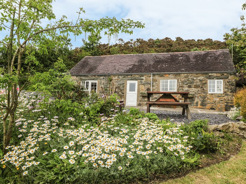 TY'N Y MURIAU COTTAGE, enclosed garden, patio with furniture, beaches close by, holiday rental in Cylch-Y-Garn