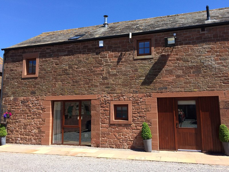 THE OLD GRAINSTORE, family accommodation, character features, woodburner, location de vacances à Boltongate