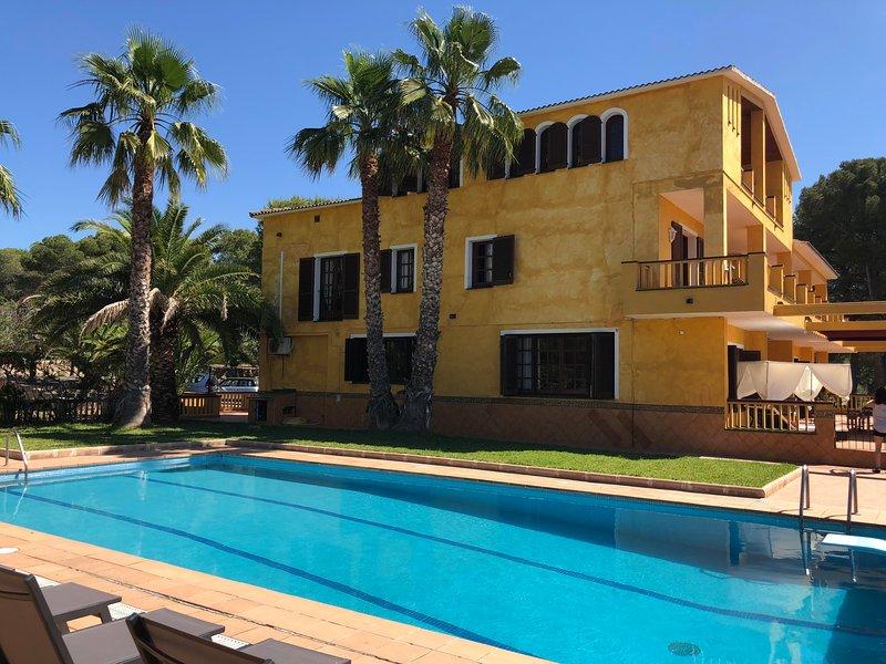 Villa Talaia Golf Sitges hasta 24 pax. 30.000m2, gran piscina y pista de tennis., alquiler de vacaciones en Vilanova i la Geltrú