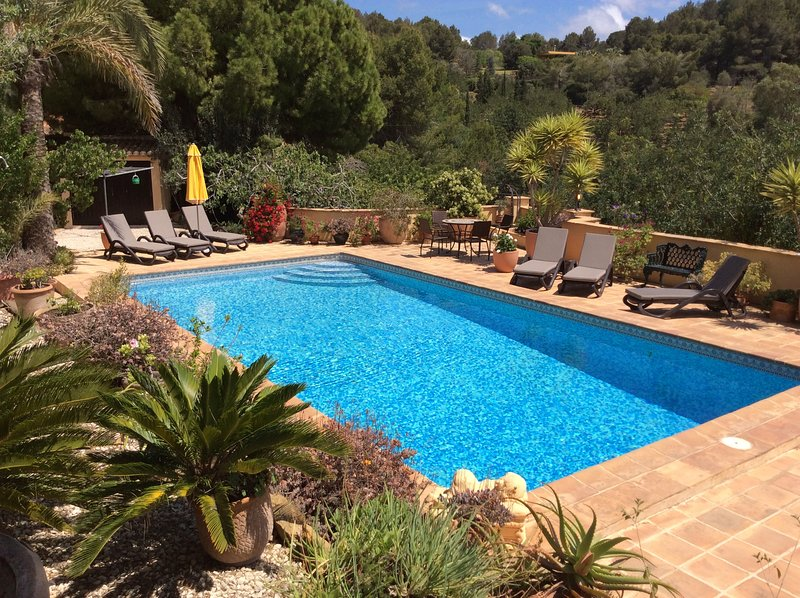 Beautiful,Unique Private Villa with stunning pool and gardens, location de vacances à Denia