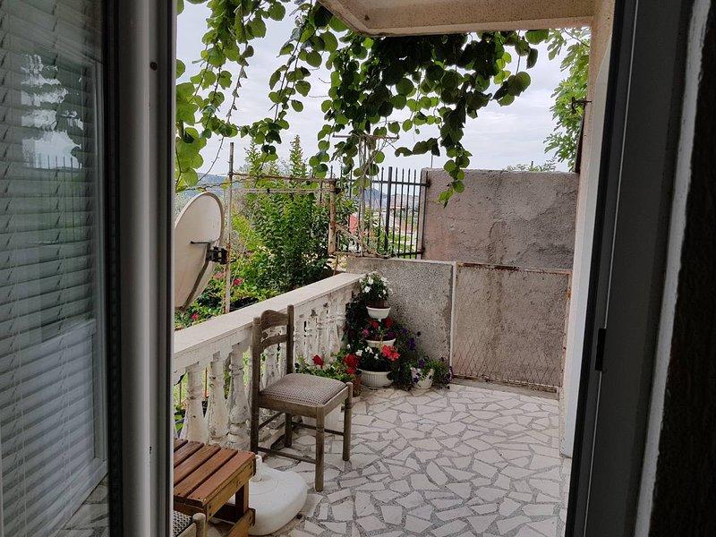 Terraza, debajo de un jardín.