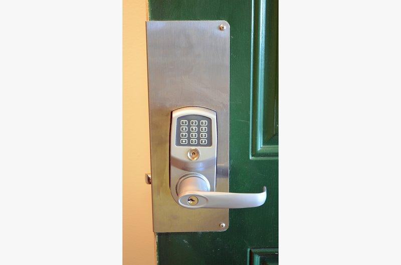 Les serrures numériques de pointe donnent à chaque invité son propre code d'entrée pour plus de sécurité.