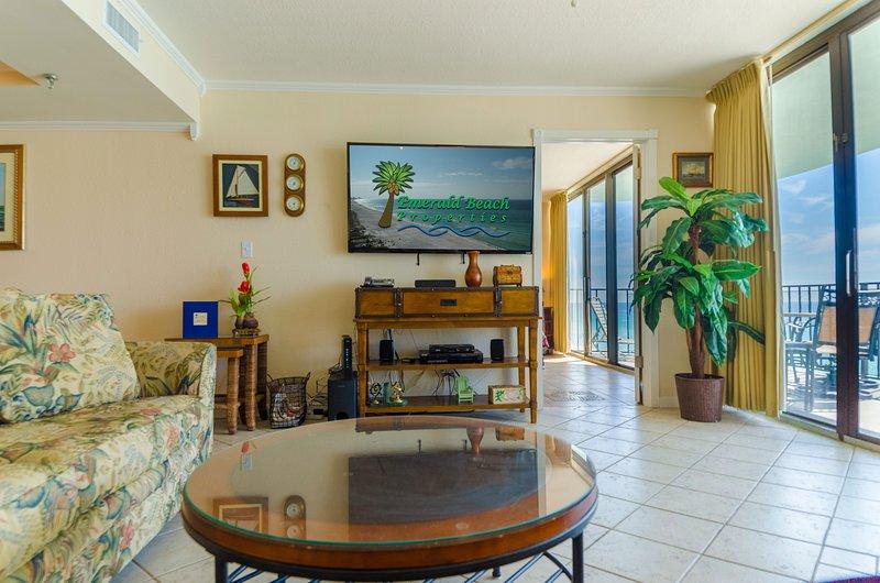La grande chambre dispose d'un canapé-lit queen d'inspiration tropicale, d'une causeuse et d'un fauteuil en cuir. Vous aimerez aussi les touches nautiques.